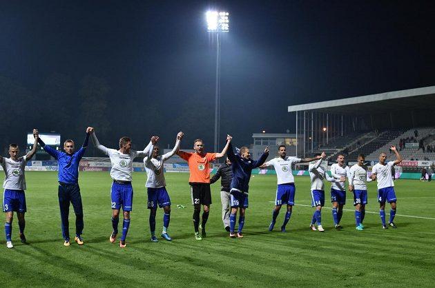 Mladoboleslavští fotbalisté slaví s fanoušky vítězství v Jablonci.