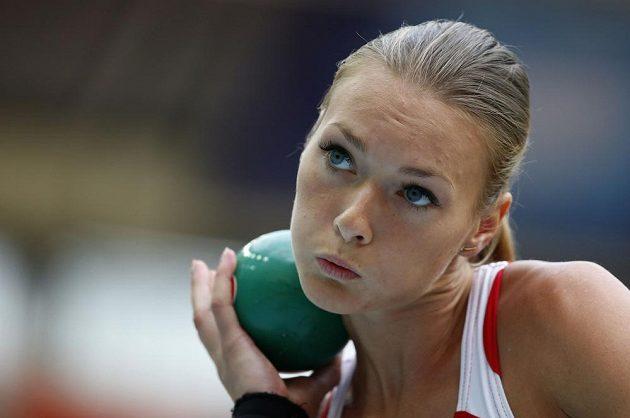 Lotyšská sedmibojařka Laura Ikaunieceová se připravuje na svůj pokus ve vrhu koulí.
