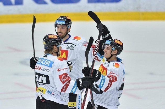 Radost hokejistů Sparty, vpravo autor branky Filip Chlapík.