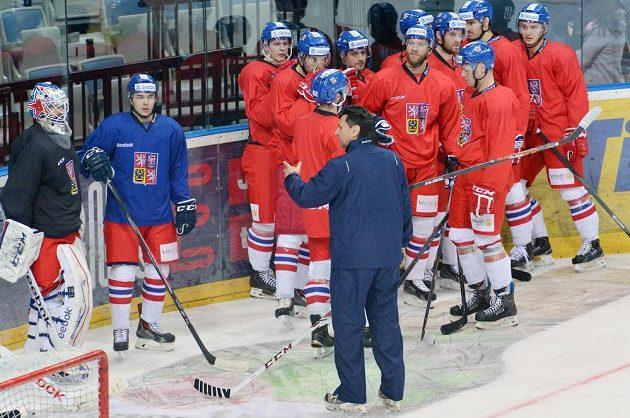 Trenér Vladimír Růžička hovoří k hokejistům při tréninku české reprezentace před druhým zápasem s Ruskem.