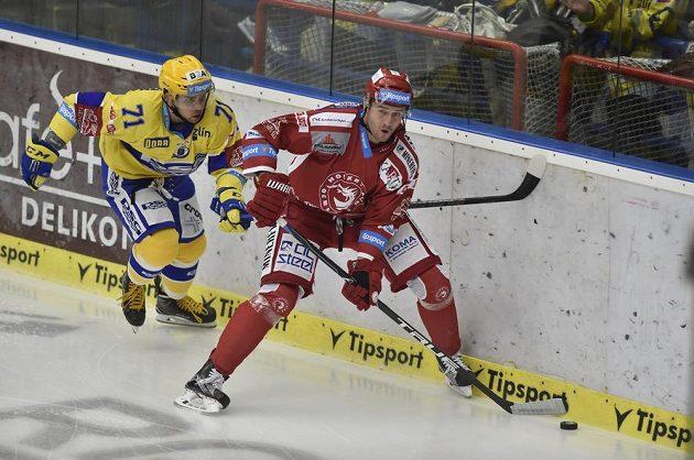 Zleva Roberts Bukarts ze Zlína a Tomáš Linhart z Třince.
