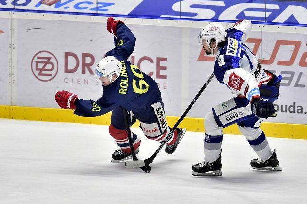 Tomáš Rolinek z Pardubic po souboji s Tomášem Malcem z Brna v utkání hokejové extraligy.