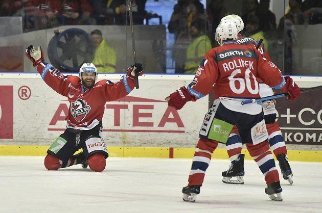 Marek Hovorka z Pardubic (vlevo) se raduje z gólu na ledě Kladna.