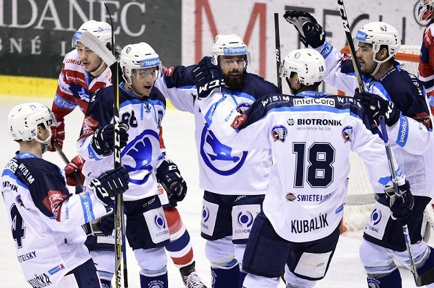Hokejisté Plzně se radují z prvního gólu na ledě HC Dynamo Pardubice ve 20. kole extraligy.