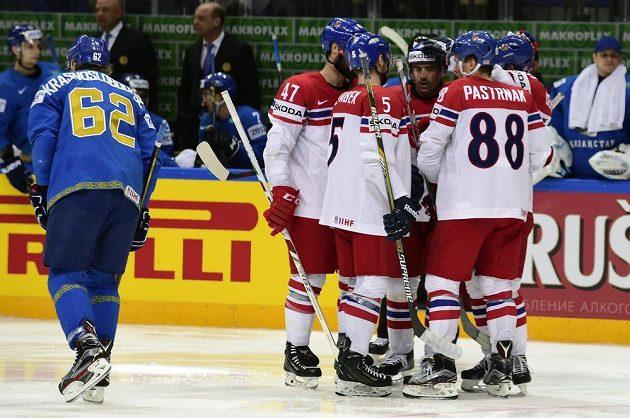 Čeští hokejisté se radují z gólu. Vlevo Vadim Krasnoslobodcev z Kazachstánu.