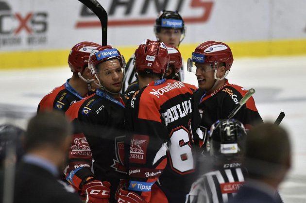 Hokejisté Hradce Králové se radují z prvního gólu proti Vítkovicím.