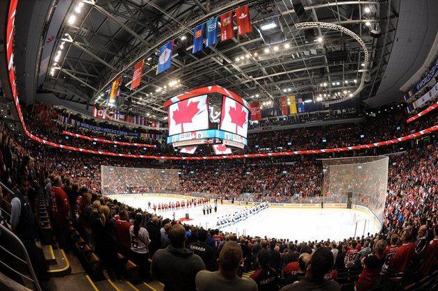 Hokejová hala v Torontu, krátce před začátkem úvodního finále Světového poháru.