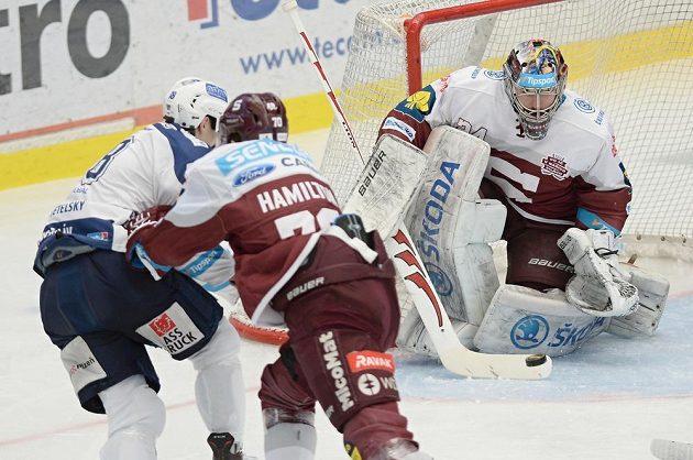 Plzeňský kanonýr Dominik Kubalík na brankáře Sparty Tomáše Popperleho v sobotu nevyzrál.