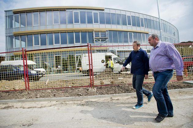 Novináři si mohli prohlédnout stabu nového sídla Fotbalové asociace České republiky (FAČR) v Praze na Strahově. Na snímku vpravo předseda FAČR Miroslav Pelta.
