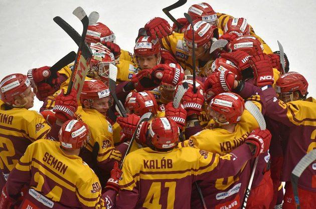 Jihlavští hokejisté se radují z vítězství v utkání 1. kola baráže o hokejovou extraligu v Karlových Varech.