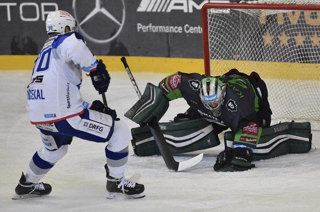 Brněnský hokejista Martin Dočekal se snaží prosadit před brankou Mladé Boleslavi, v které stál Pavel Kantor.