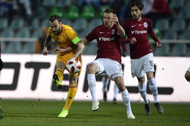 Branislav Miloševič z Dukly otevřel skóre zápasu, zprava jsou Michal Sáček a Dominik Plechatý ze Sparty.