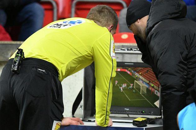 Hlavní rozhodčí Zbyněk Proske zkoumá gól Milana Škody ze Slavie u videa. Nakonec se ho rozhodl neuznat.
