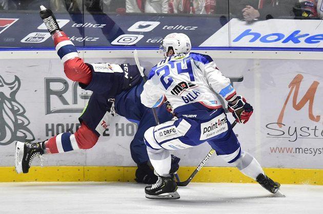 Střet Michala Gulašiho z Brna z protihráčem na ledě Pardubic během extraligového utkání.