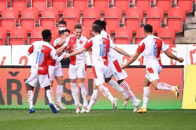 Fotbalisté Slavie se radují z gólu v utkání proti Plzni, prosadil se Tomáš Holeš.