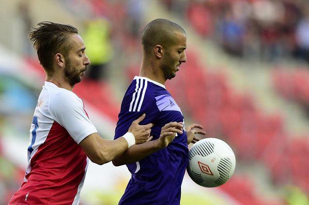 Slávista Dušan Švento (vlevo) a Sofiane Hanni z Anderlechtu v úvodním utkání play off Evropské ligy.