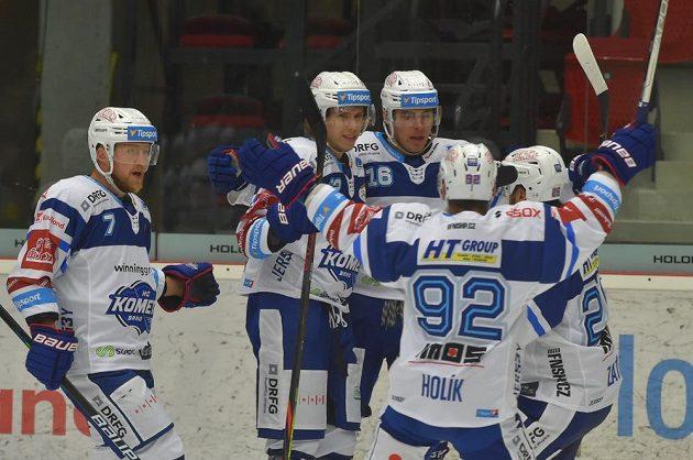 Hokejisté brněnské Komety se radují z úvodní branky v novém extraligovém ročníku.