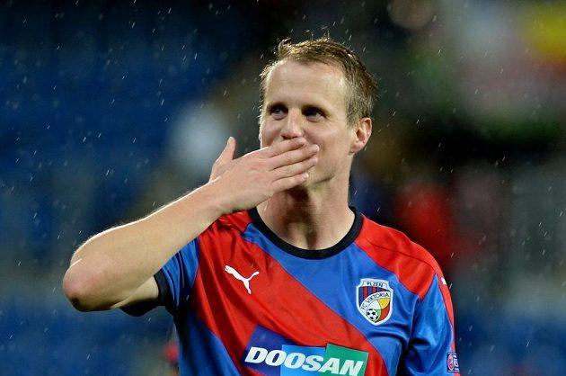 Spokojený David Limberský zdraví po utkání s Minskem plzeňské fanoušky.