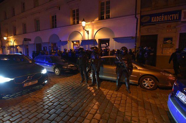 Policisté zadržují ve městě české fanoušky.