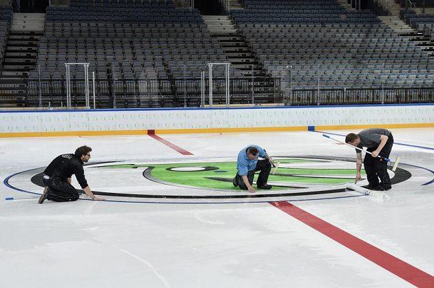 Příprava ledové plochy v pražské O2 areně před nadcházejícím MS v ledním hokeji.