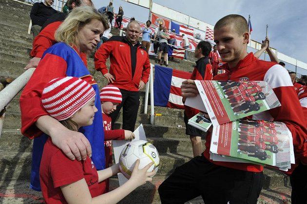 Na stadión dorazili i ti nejmenší, vpravo je brankář Brna Václav Hladký.