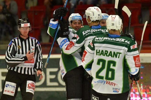 Karlovarští hokejisté se radují z gólu proti Kometě Brno.