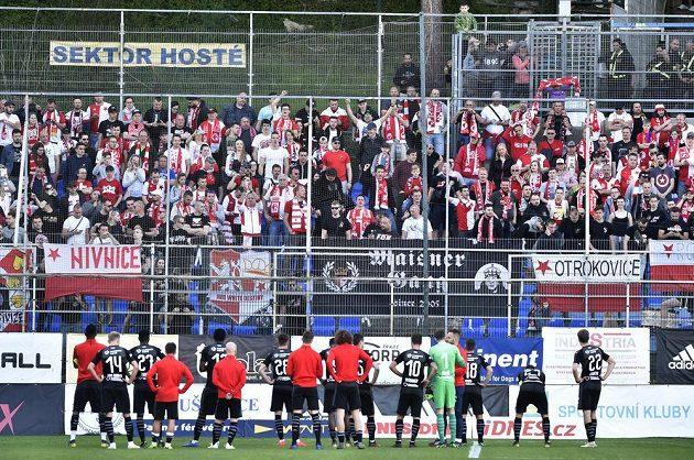 Fotbalisté Slavie děkují fanouškům za podporu během utkání nejvyšší soutěže.