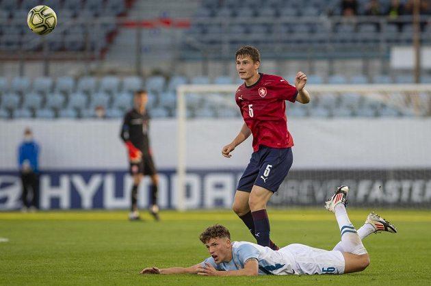 Zleva Kai Cipot ze Slovinska a Denis Donát z ČR v utkání skupiny G kvalifikace na ME 2023 fotbalistů do 21 let.
