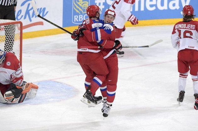 Ruský hokejista Vladislav Kameněv (vpravo) slaví se spoluhráčem Ivanem Provorovem vítězný gól ve čtvrtfinále juniorského MS proti Dánsku.