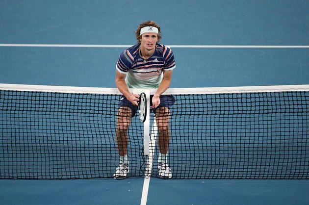 Alexander Zverev kontroluje dopad míčku během semifinále Australian Open.