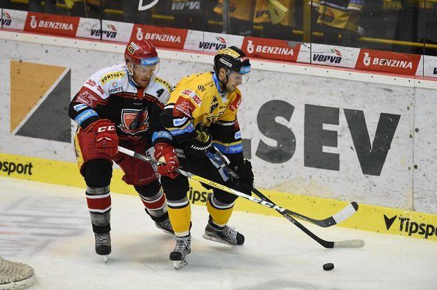 Zleva Jake Newton z Hradce a Lukáš Válek z Litvínova ve třetím duelu čtvrtfinále play off.