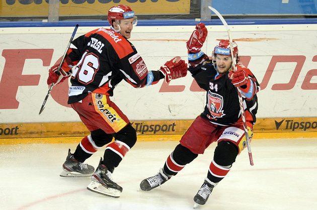 Kevin Klíma (vpravo) se raduje z vítězného gólu Hradce, vlevo je jeho spoluhráč Aleš Jergl.