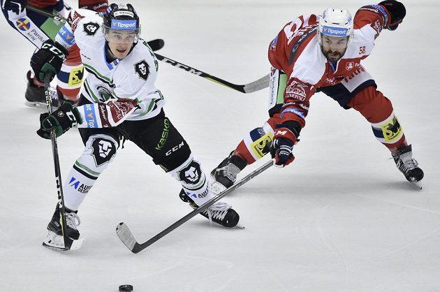 V souboji o puk (zleva) David Šťastný z Mladé Boleslavi a Sébastien Piché z Pardubic.