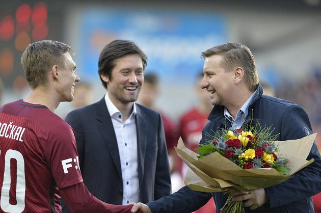 Sparty Bořek Dočkal (vlevo) a sportovní ředitel Sparty Tomáš Rosický (uprostřed) před zápasem pogratulovali dlouholetému hráči Sparty Horstu Sieglovi k 50. narozeninám.
