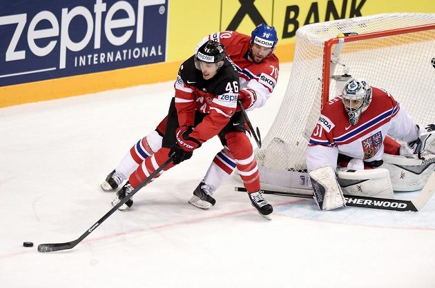 Radek Smoleňák (uprostřed) brání Patricka Wierciocha z Kanady. Celou situaci vpravo sleduje brankář Ondřej Pavelec.