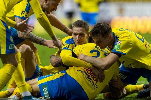 Hráči Teplic se radují z gólu proti Zlínu.
