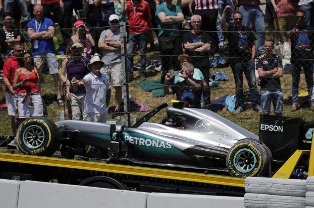 Mercedes Lewise Hamiltona po vzájemné kolizi se stájovým kolegou Nicem Rosbergem.