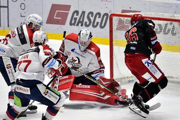 Pardubičtí hokejisté Rhett Holland, Michal Ivan a brankář Dynama Pavel Kantor se snaží zabránit ve skórování Wojciechu Wolskimu z Třince.