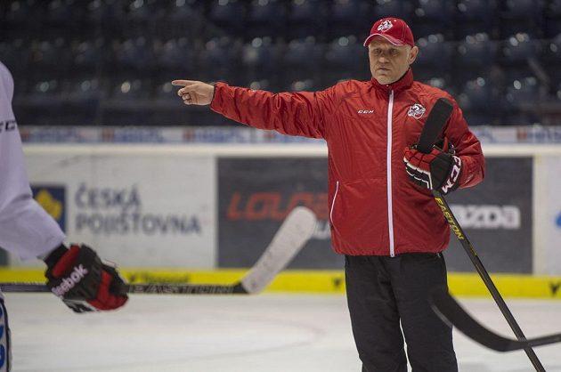 Nový trenér hokejistů Pardubic Peter Draisaitl udílí na tréninku pokyny svým svěřencům.