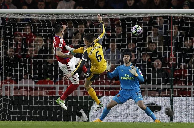 Alvaro Negredo z Middlesbrough ve výskoku srovnal špičkou kopačky na 1:1.