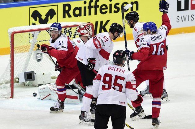 Útočníci Jan Kovář (vlevo) a Michal Birner (vpravo) se radují před švýcarskou bránou z vyrovnávacího gólu.