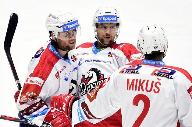 Hokejisté Pardubic se radují z branky během utkání hokejového Poháru Generali České pojišťovny, zleva Radoslav Tybor, Patrik Poulíček a Juraj Mikúš.