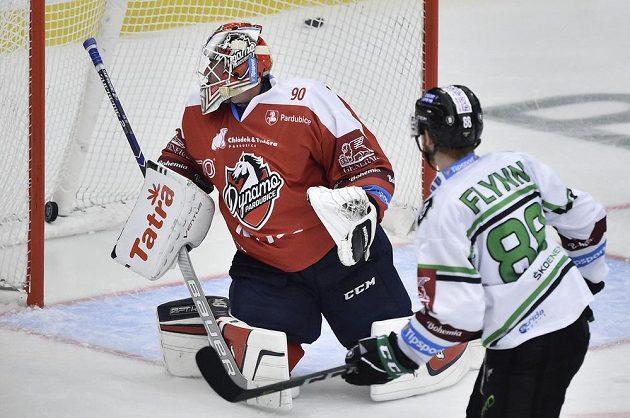Útočník Mladé Boleslavi Oscar Flynn střílí gól za záda pardubického brankáře Ondřeje Kacetla.