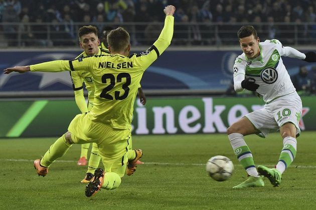 Julian Draxler (vpravo) byl hrdinou Wolfsburgu při utkání LM v Gentu.