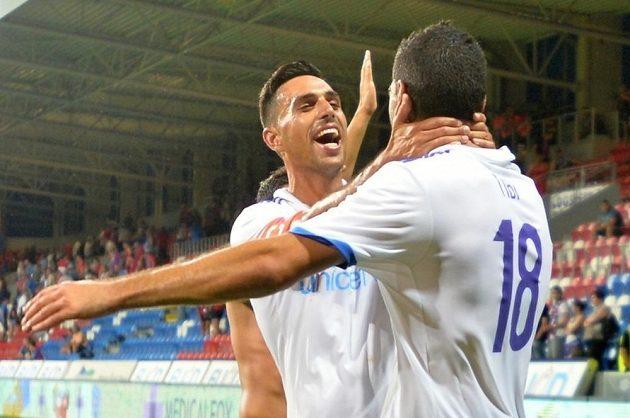 Eran Zahavi (vlevo) a Eytan Tibi z Maccabi Tel Aviv se radují z vítězství v Plzni.