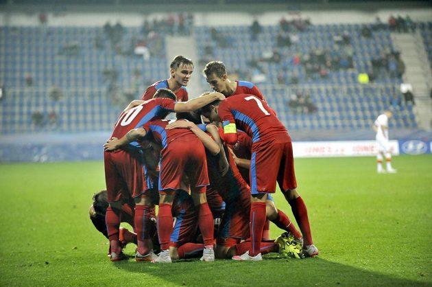 Čeští fotbalisté se radují z gólu proti Černé Hoře v kvalifikaci ME 2017 hráčů do 21 let.