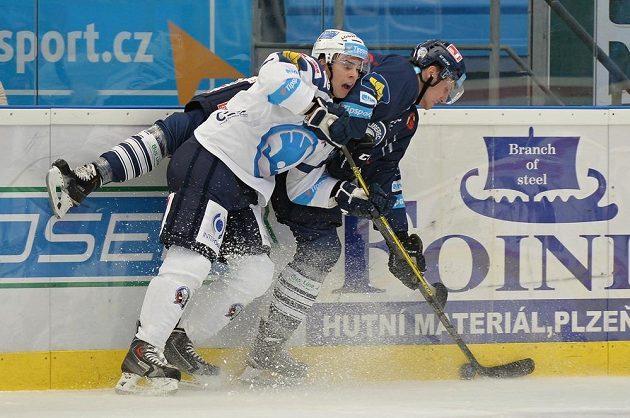 Mário Bližňák z Plzně (vlevo) a Ondřej Vitásek z Liberce ve 3. kole Tipsport extraligy.
