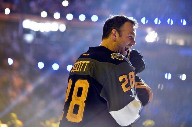Kapitán Pacifické divize John Scott (28) při úvodním slavnostním vyhlašování před dovednostními soutěžemi NHL.