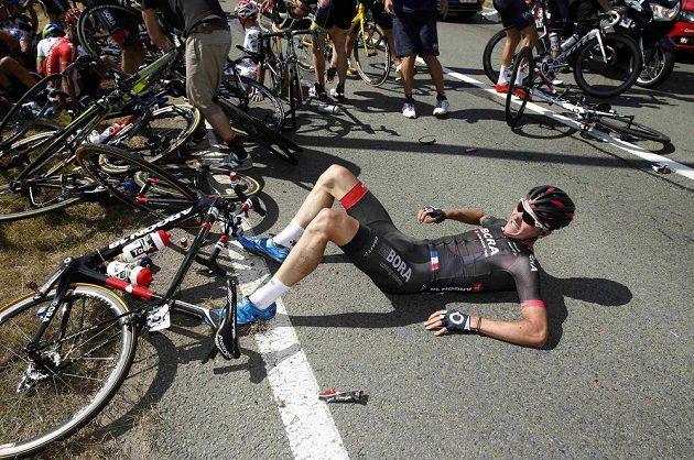 Německý cyklista Dominik Nerz leží na zemi po ošklivém hromadném pádu ve 3. etapě Tour de France.