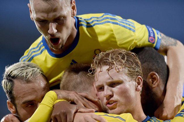 Fotbalisté Švédska oslavují úvodní gól v semifinále proti Dánům.